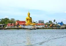 Sikten av stora guld- buddha är sidan den Chao Phraya floden Arkivbilder