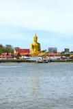 Sikten av stora guld- buddha är sidan den Chao Phraya floden Fotografering för Bildbyråer