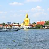 Sikten av stora guld- buddha är sidan den Chao Phraya floden Royaltyfri Fotografi