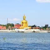 Sikten av stora guld- buddha är sidan den Chao Phraya floden Arkivbild