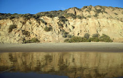 Sikten av stranden bluffar i Crystal Cove State Park, sydliga Kalifornien royaltyfria bilder
