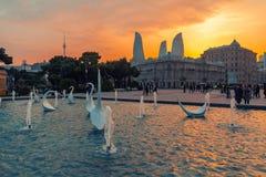 Sikten av svanspringbrunnar i den nationella sjösidan parkerar på solnedgångtid royaltyfri foto