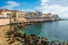 Sikten av Syracuse, Ortiggia, Sicilien, Italien, inhyser att vända mot havet Royaltyfri Bild
