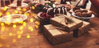 Sikten av tabellen tjänade som för julfamiljmatställe Tabellbegrepp royaltyfri fotografi