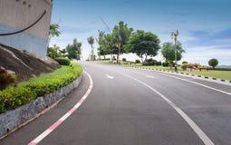 Sikten av vägen med offentligt parkerar landskap i Chumphon Thailand Royaltyfri Bild