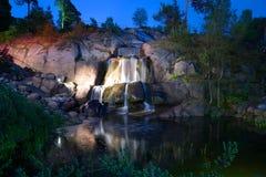 Sikten av vattenfallet i det Sapokka vattnet parkerar på en Juni natt sikt för sapokka för rock för park för liggande för stadsfi Royaltyfria Bilder