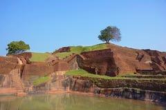 Sikten av vattenträdgårdarna på överkanten av forntida Sigiriya vaggar Fo Royaltyfria Bilder