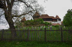 Sikten av Viscri stärkte den kyrkliga slotten, Transylvania, Rumänien, royaltyfri bild