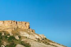 Sikten av vit vaggar eller Aq Qaya på en solig sommardag crimea Vit kalksten med en vertikal klippa royaltyfri foto
