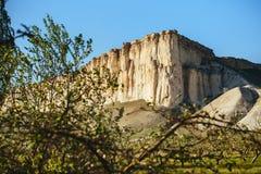 Sikten av vit vaggar eller Aq Qaya på en solig sommardag crimea Vit kalksten med en vertikal klippa arkivfoton