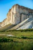 Sikten av vit vaggar eller Aq Qaya på en solig sommardag crimea Vit kalksten med en vertikal klippa royaltyfri bild