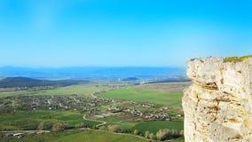 Sikten av vit vaggar eller Aq Qaya på en solig sommardag crimea Vit kalksten med en vertikal klippa royaltyfria bilder