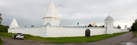 Sikten av vita väggar och torn av den Pokrovsky kloster på bakgrunden av den illavarslande himlen Suzdal Ryssland Royaltyfri Fotografi