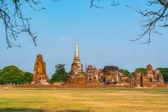Sikten av Wat Mahathat i den historiska Ayuthayaen parkerar Fotografering för Bildbyråer