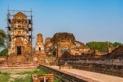 Sikten av Wat Mahathat i historiska Ayuthaya parkerar Arkivbilder