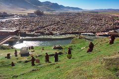 Sikten av Yarchenen Gar Monastery med många sammanbor med Arkivbilder
