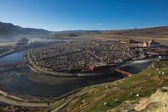 Sikten av Yarchenen Gar Monastery med många sammanbor med för munkar in Royaltyfria Foton
