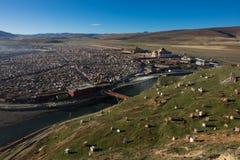Sikten av Yarchenen Gar Monastery med många sammanbor med för munkar in Royaltyfri Bild