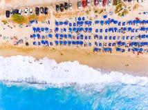 Sikten för ögat för ` s för solstol- och paraplyfågeln på sand sätter på land i Grekland royaltyfria foton