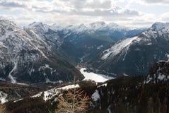 Sikten för den Dolomiti, Italien bergdalen, skogen, sjön och vintersnö skidar arkivbild