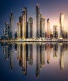 Sikten för den Dubai marinafjärden från gömma i handflatan Jumeirah, UAE arkivbild