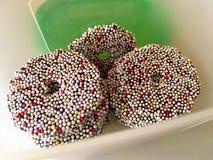 Sikten för den höga vinkeln av choklad med färgrikt socker pryder med pärlor I royaltyfria foton