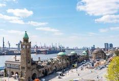 Sikten för den höga vinkeln av St Pauli Piers med Elbe River och hamnen ansluter i Hamburg arkivfoto