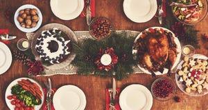 Sikten för den höga vinkeln av tabellen tjänade som för julfamiljmatställe flik arkivbild