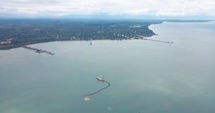 Sikten för den höga vinkeln visar kuststaden fotografering för bildbyråer