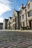 Sikten för den låga vinkeln av den gamla brittiska staden returnerar royaltyfri bild