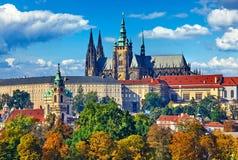 Sikten för det Prague nedgånglandskapet till helgonet Vitus Cathedral med blå himmel och vit fördunklar Royaltyfri Bild