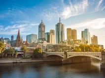 Sikten för staden för Melbourne ` s med de historiska prinsarna överbryggar, och modern byggnad står högt över den Yarra floden i royaltyfria foton