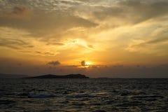 Sikten för vågen för det härliga solnedgångcopyspacehavet fördunklar den blåsiga med ljus reflexion, härliga skuggor av mjuk oran royaltyfri foto