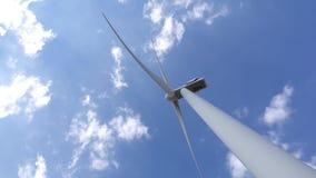 Sikten för vindturbinen från botten mot flyttning fördunklar close upp lager videofilmer