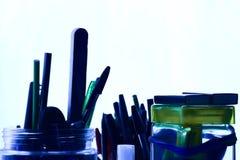 Sikten för volframabstrakt begreppblått ritar och pennor för bollpunkt Arkivfoton