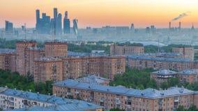 Sikten från överkant av cityscapetimelapse, bostads- byggnader, parkerar områden, grupp av Moskvastadsskyskrapor i avstånd stock video