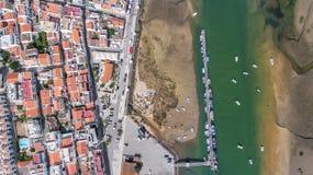 _ Sikten från att förtöja för himmel av fiske sänder i byn Cabanas de Tavira Royaltyfri Bild