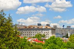 Sikten från balkongen över staden parkerar och kommunistiska byggnader i Bucharest, Rumänien - 20 05 2019 royaltyfria foton