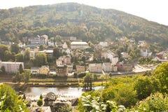 Sikten från bergen till den härliga staden royaltyfri bild