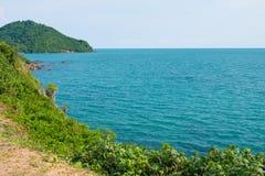 Sikten från bergmaximumet längs det blåa havet och vaggar högt mot himmel färgrikt liggandeberg Semester på kusten arkivbilder
