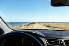 Sikten från bilen till havet Arkivfoto