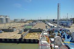 Sikten från däcket av färjan till skeppsdockan på hamnstaden Fotografering för Bildbyråer