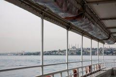 Sikten från däcket av skeppet på den dimmiga molniga stillheten Bosphorus Istanbul Turkiet arkivbilder