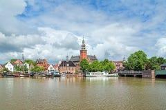 Sikten från den Leda floden på stadshus och gamla väger huset i lömsk blick, G Arkivfoto