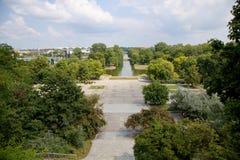 Sikten från den Ujazdow slotten till Ujazdov parkerar i Warszawa, Polen arkivfoton