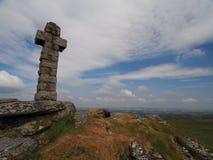 Sikten från det Brat Tor och Widgery korset med vit fördunklar i en blå himmel, Dartmoor Fotografering för Bildbyråer