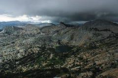 Sikten från domkyrkamaximum vaggar klättringaffärsföretag i den Yosemite nationalparken Kalifornien Arkivfoto