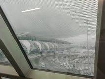 Sikten från fönstret av ett parkerat flygplan såg flygplatswaen royaltyfri fotografi