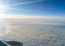 Sikten från fönstret av nivån på vingen royaltyfri foto