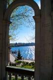 sikten från fönstret på sjön i stad parkerar Arkivbild